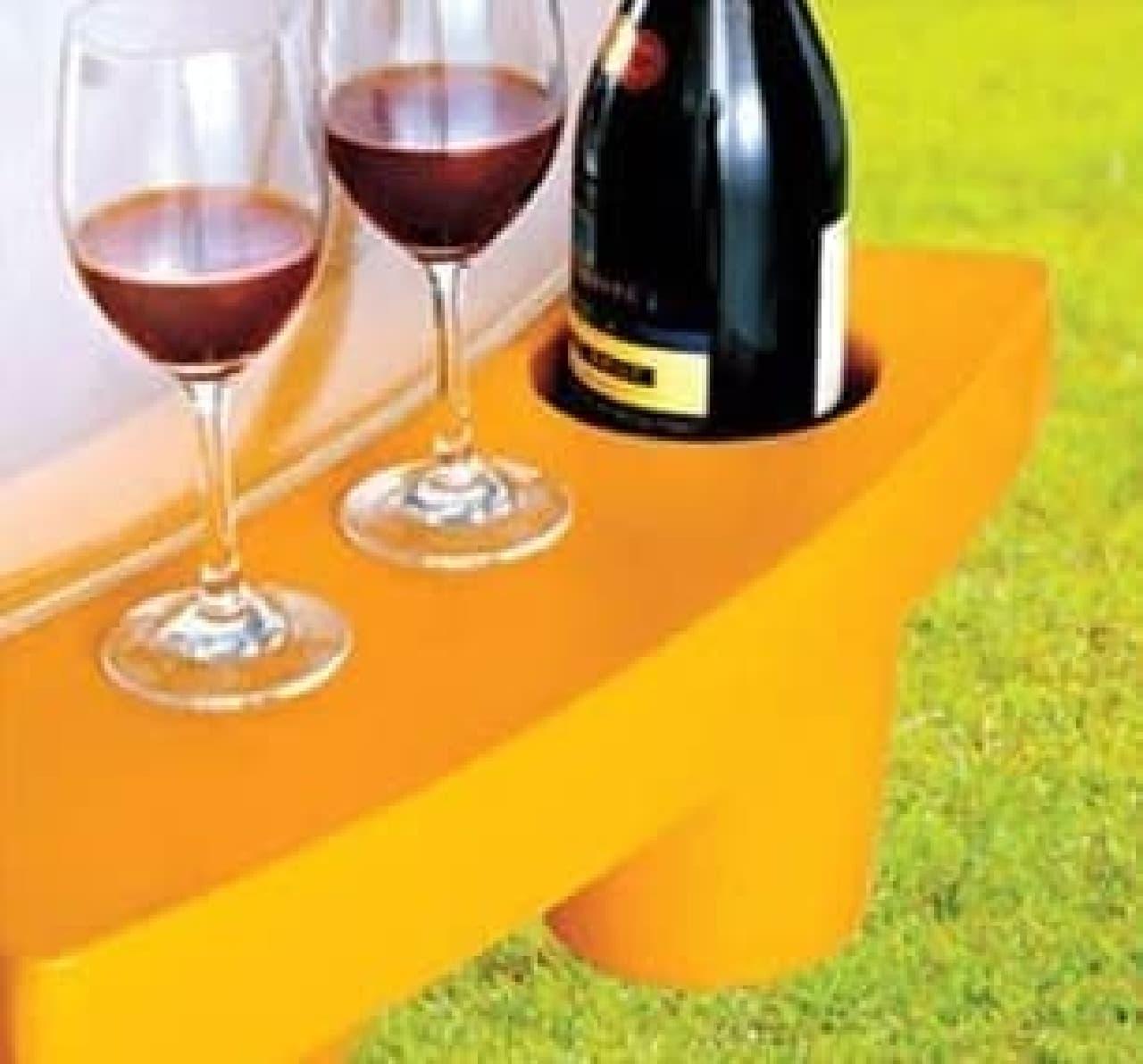 小さなテーブルとボトルホルダーが用意されている