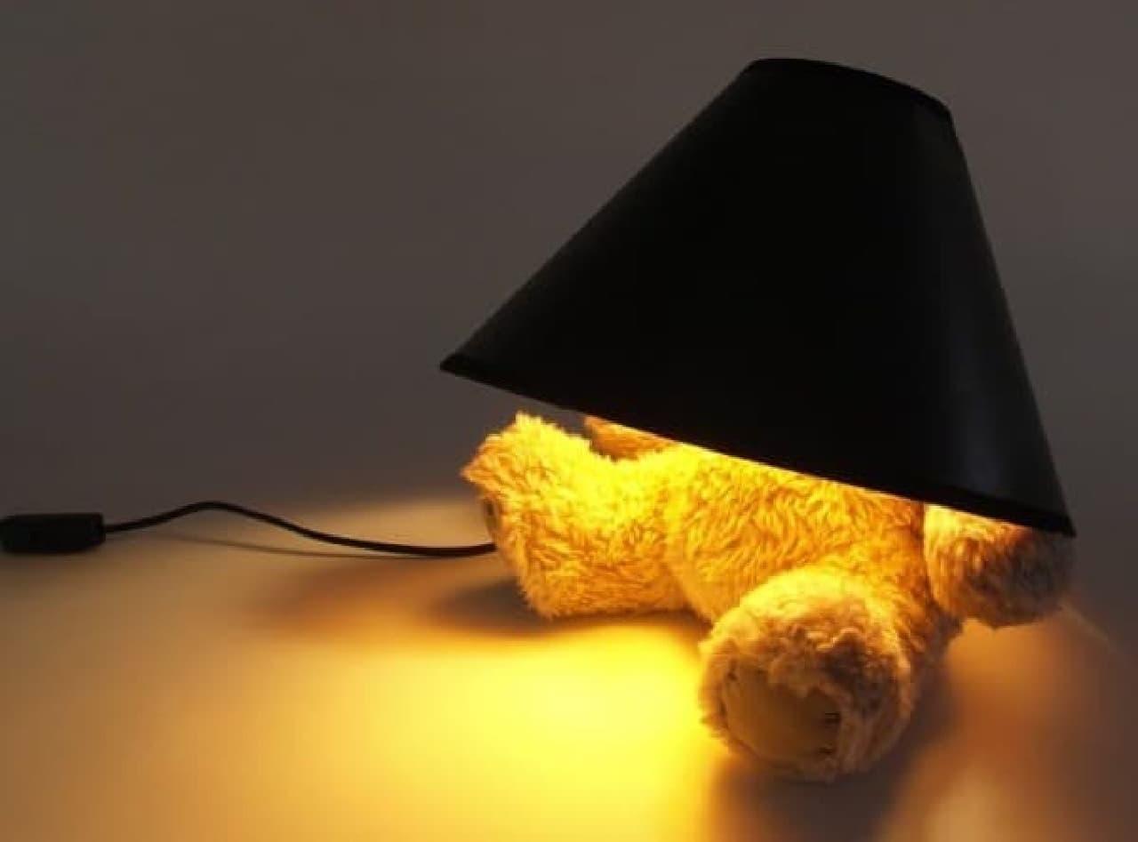 スタンド部分がくまのぬいぐるみになっているランプ「Teddy Bear Lamp」  ランプシェードは真っ黒!です