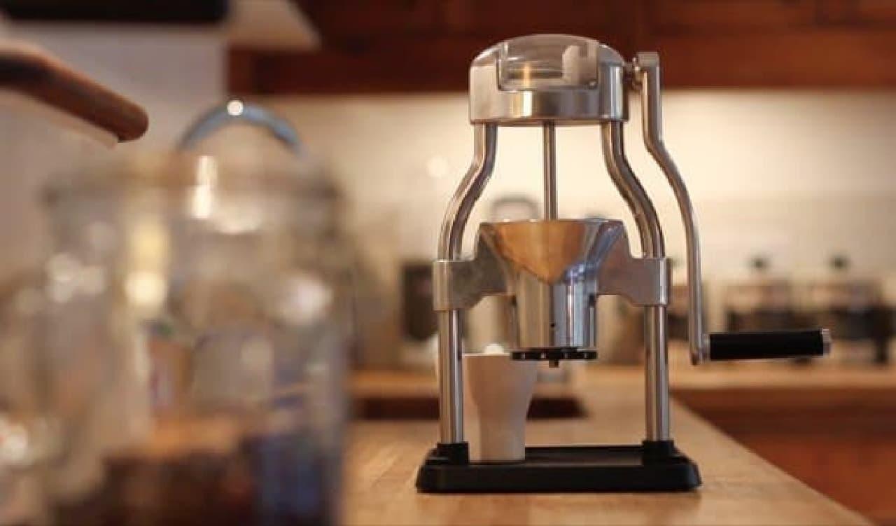 ROK によるコーヒーグラインダー「ROK Coffee Grinder」  電気を使わずコーヒー豆を挽きます