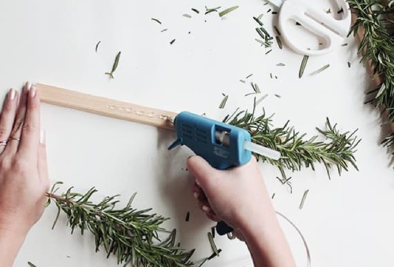 木材にローズマリーを接着して