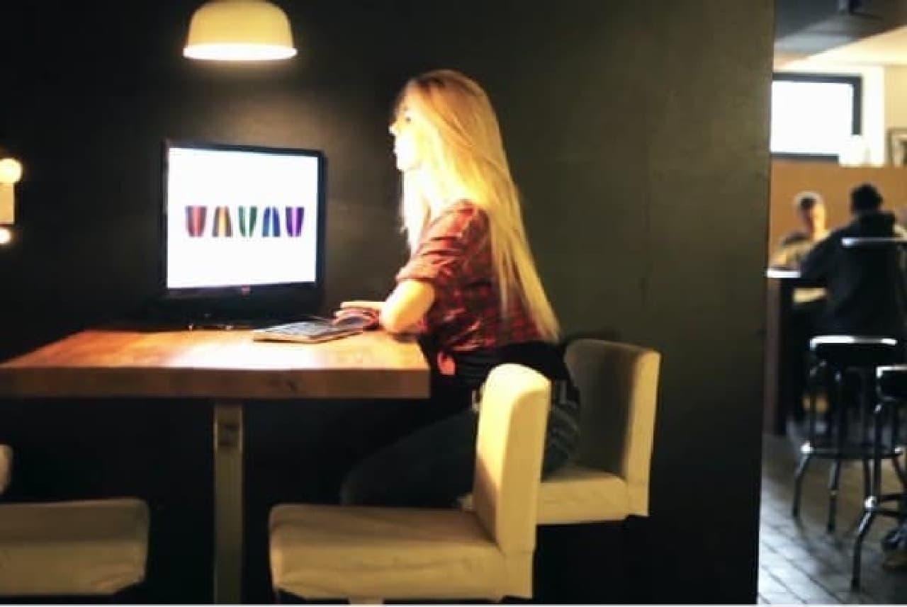 ネットカフェのモニターとキーボードに接続して  いつもの自分の環境で作業することも