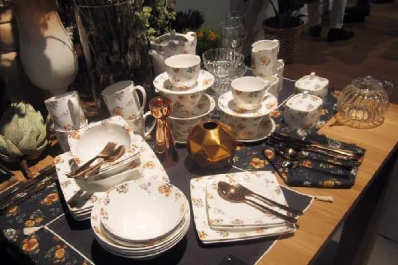 花柄を散りばめた食器には、ピンクゴールドのカトラリーを合わせて