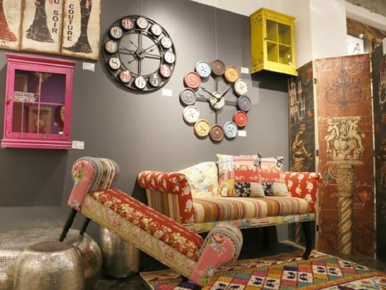 色彩豊かなアートやオブジェ、ファブリックはインテリアのスパイスに  (※画像は「リビングハウスサローネ」店内)