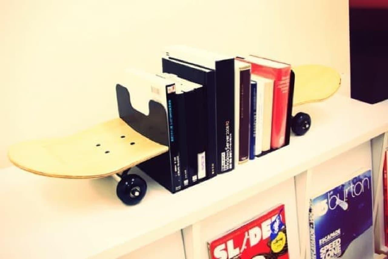 スケートボードが本を貫通!?