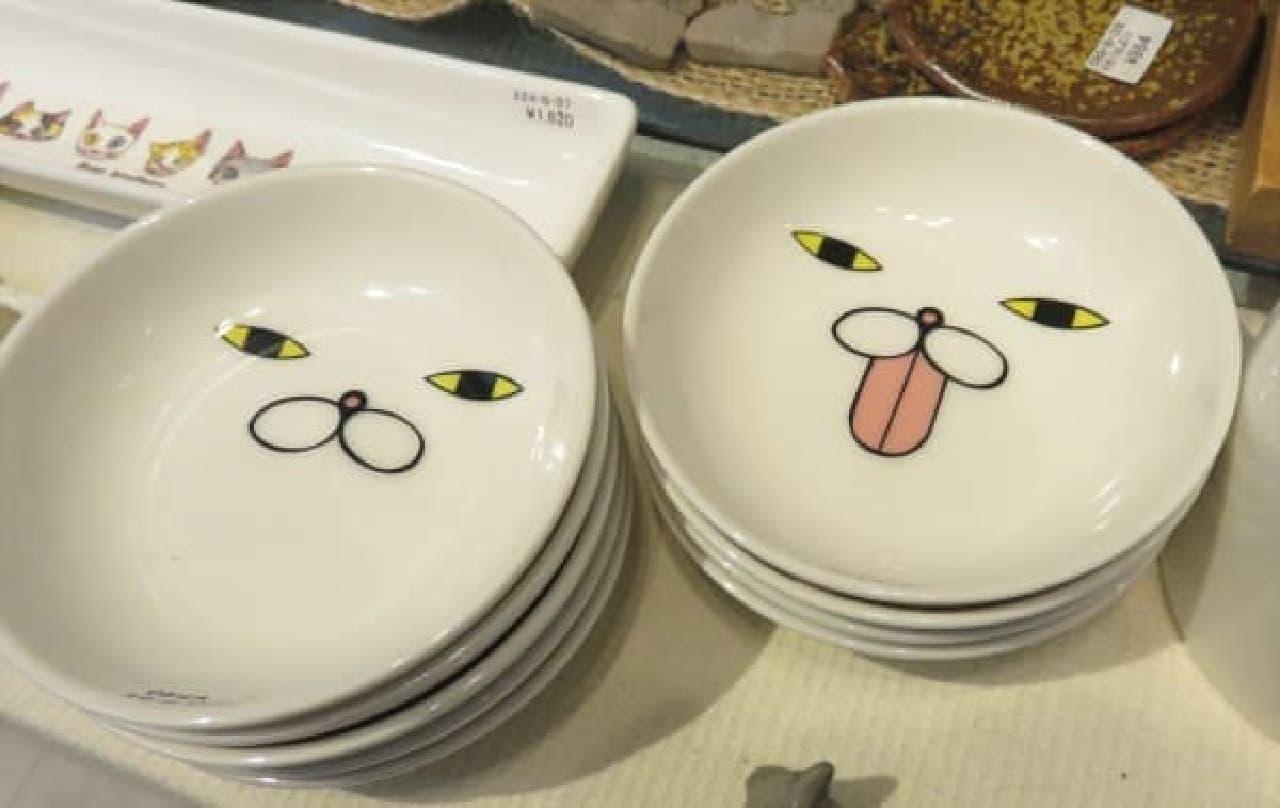 猫の顔が描かれたお皿 各540円(税込)