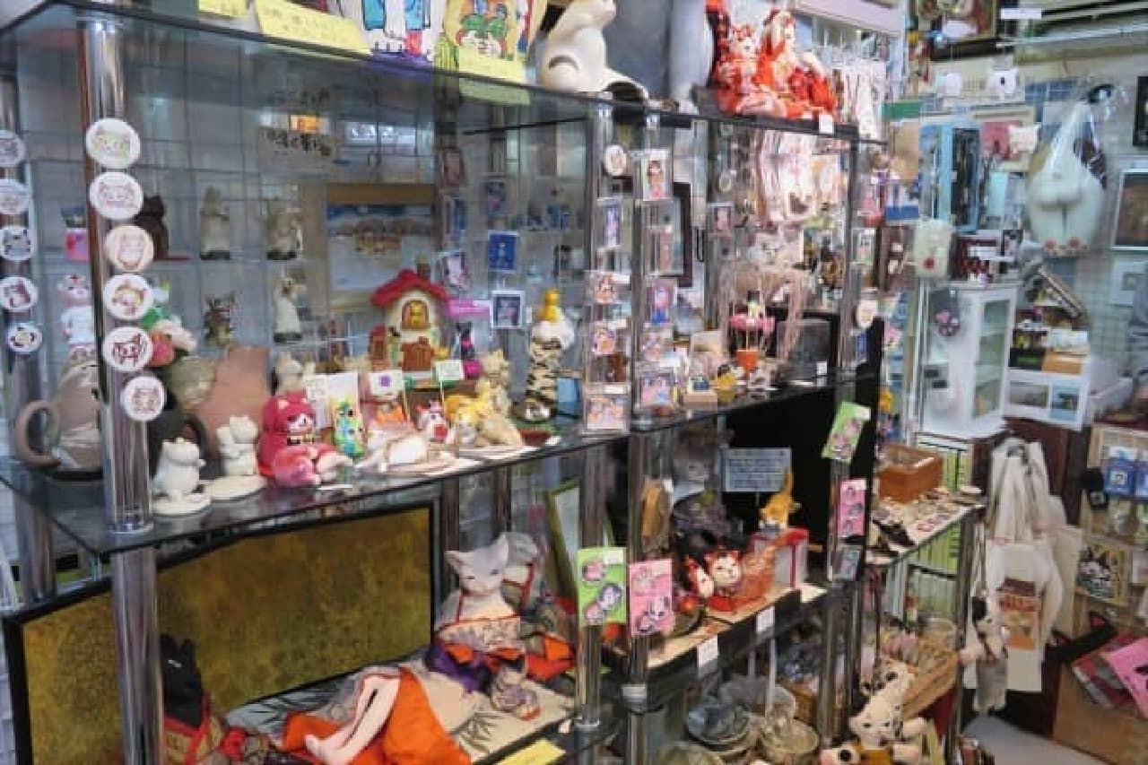店内に所狭しと並べられた猫雑貨や猫アート