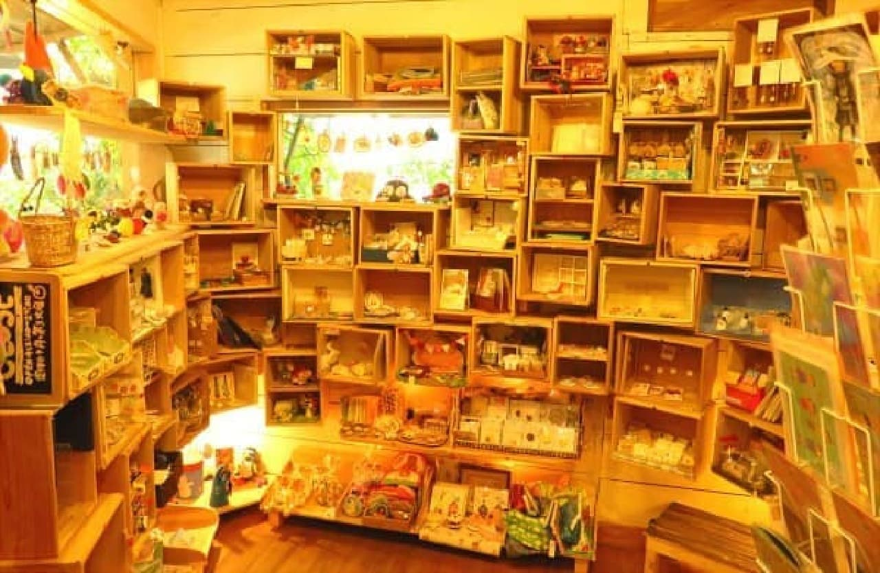 お店に入ると壁いっぱいの木箱が