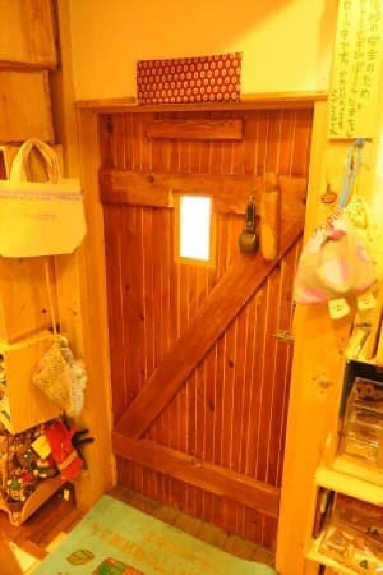 写真ではわかりにくいですが、ドアは大人はかがまないと入れない高さ