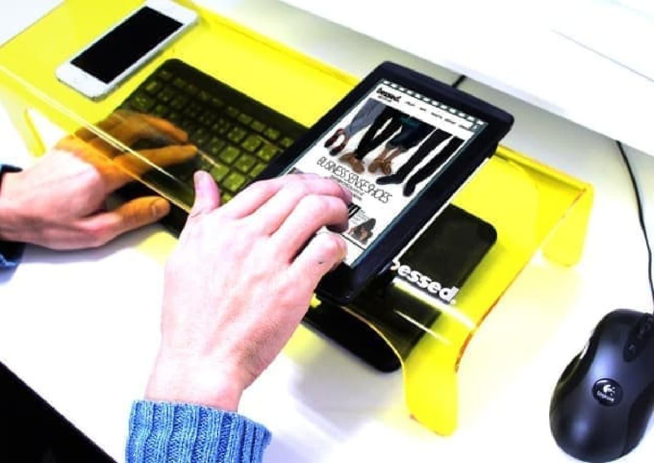 スマートフォンやタブレットをのせて使える!  でも、のせたら、キーボードは見えないぞ!!