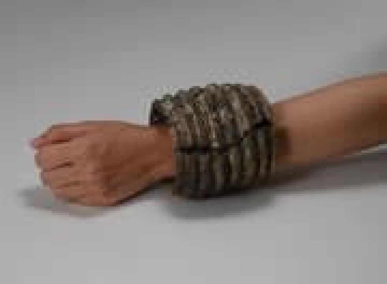 """縄文時代の""""ニセモノ""""アクセサリー「貝輪型土製品」  多数の貝輪を着装した様子を模している"""