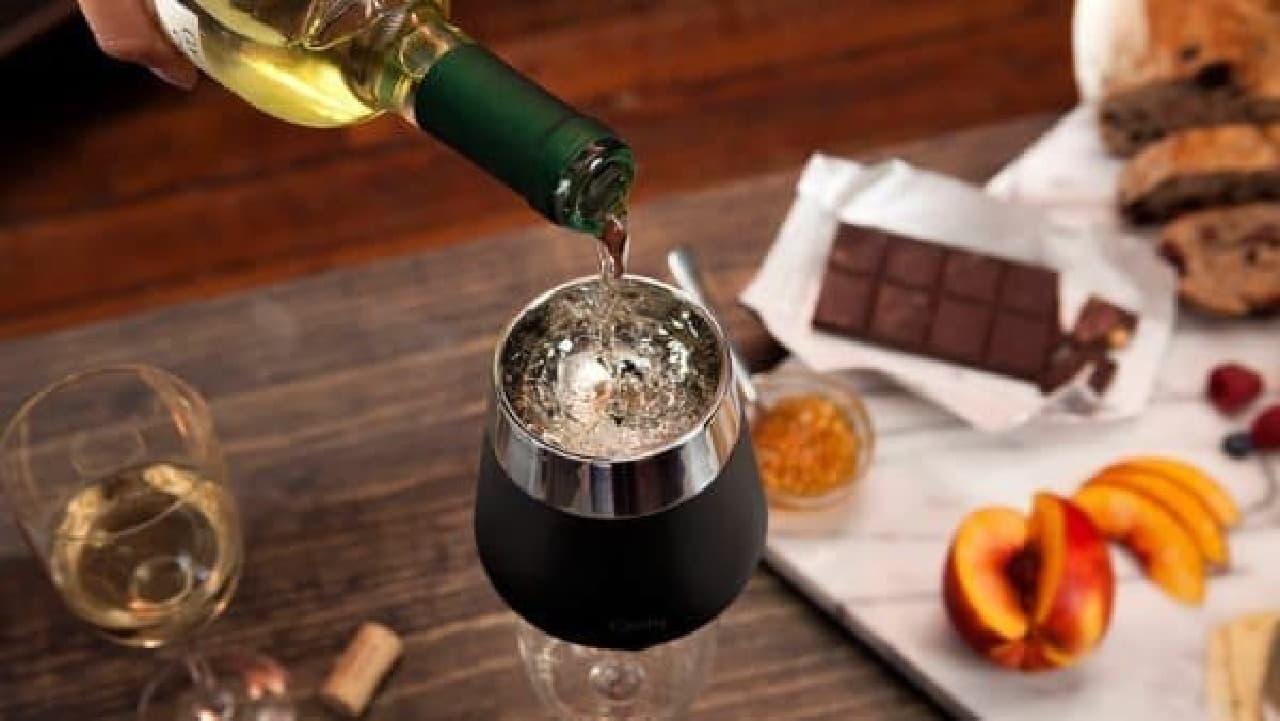 十分に冷えたら、「Icecap」をワイングラスの上に載せてワインを注ぎます  いけないことをしているような気がするのは、私だけ?