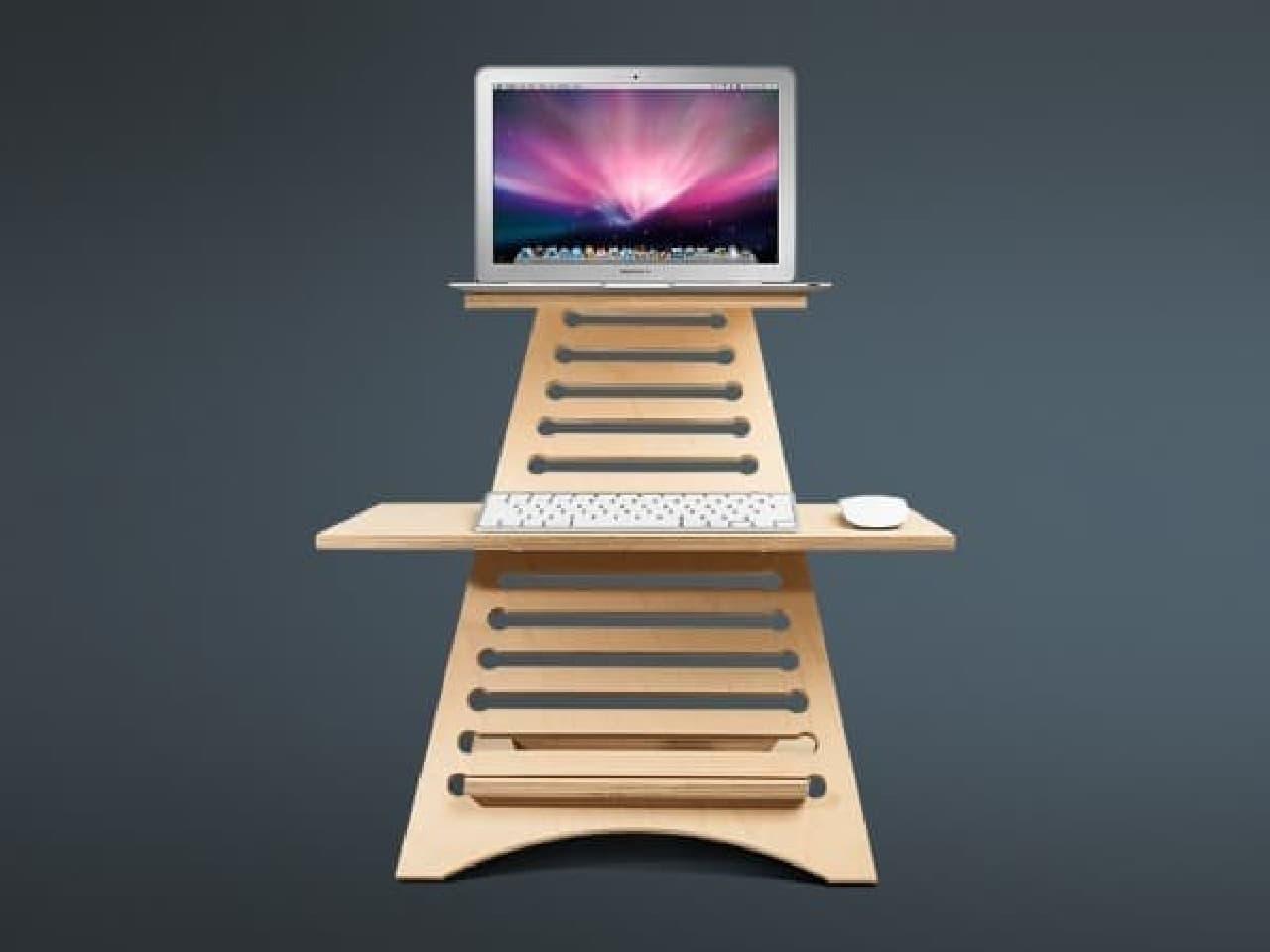 既存の机に置いて使用するスタンディングデスク「Elevate」