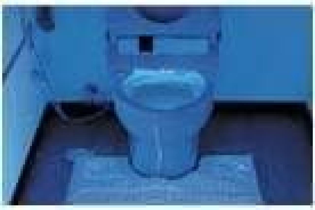 「立って小用をした場合」の尿ハネ  便器だけでなく床や壁に広範囲に広がっているのがわかる