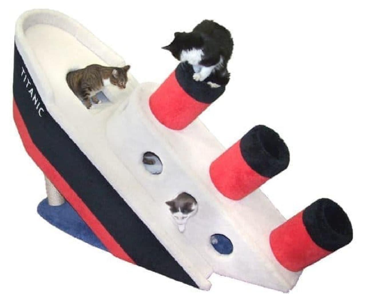 ネコ用のプレイグラウンド、「Sinking Titanic Condo」