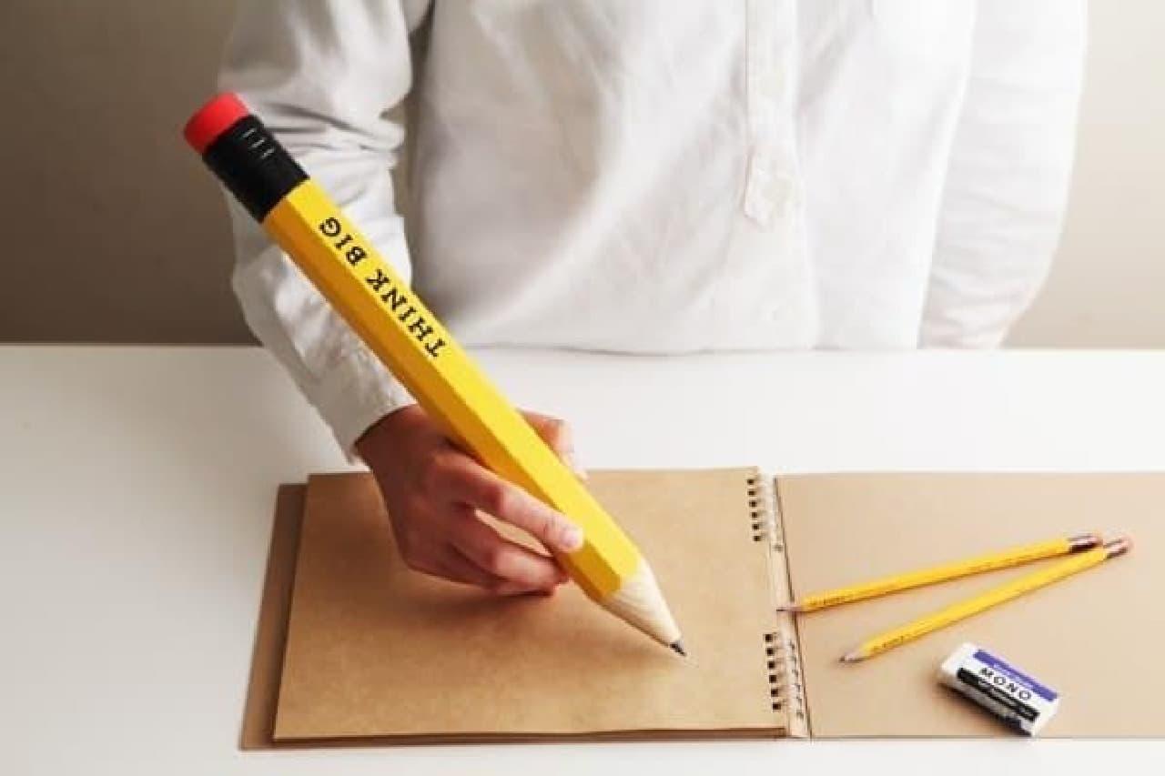 長さ37cm のビッグ鉛筆、だいぶ重そうです