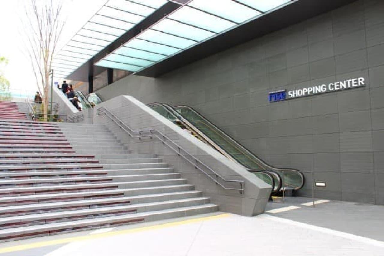 東口を進み、大きな階段を上がって2階のテラスへ