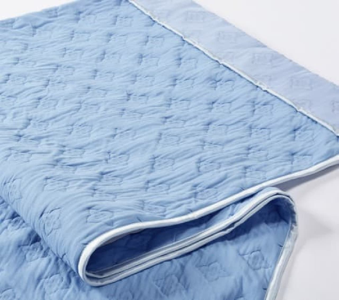 裏表で異なる素材を使い、冷感と優しい肌触りを実現  「ソフトクールケット」(140×190cm、1万円)