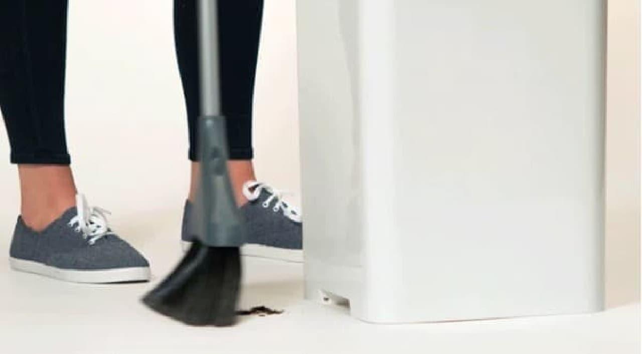 「Bruno」の底部にはセンサーが設置されており  ほうきを検知して、ゴミを自動吸引する