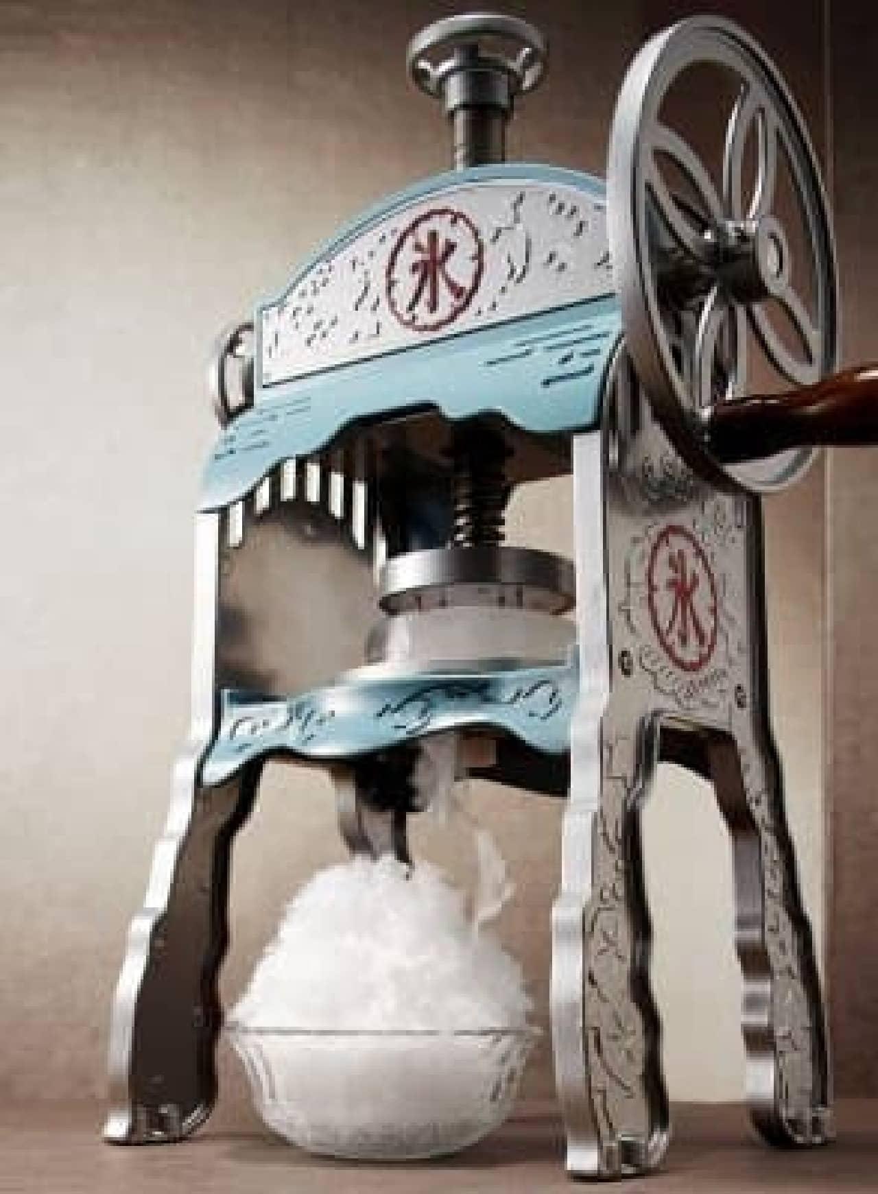 懐かしいレトロなデザインの手動氷かき器