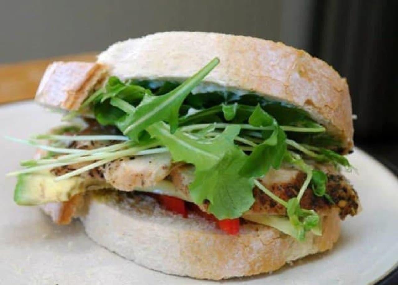 参考画像:「サンドイッチ」ナイフで作ったサンドイッチ  たしかにおいしそうですが…ナイフのおかげかどうかは、ちょっと…?
