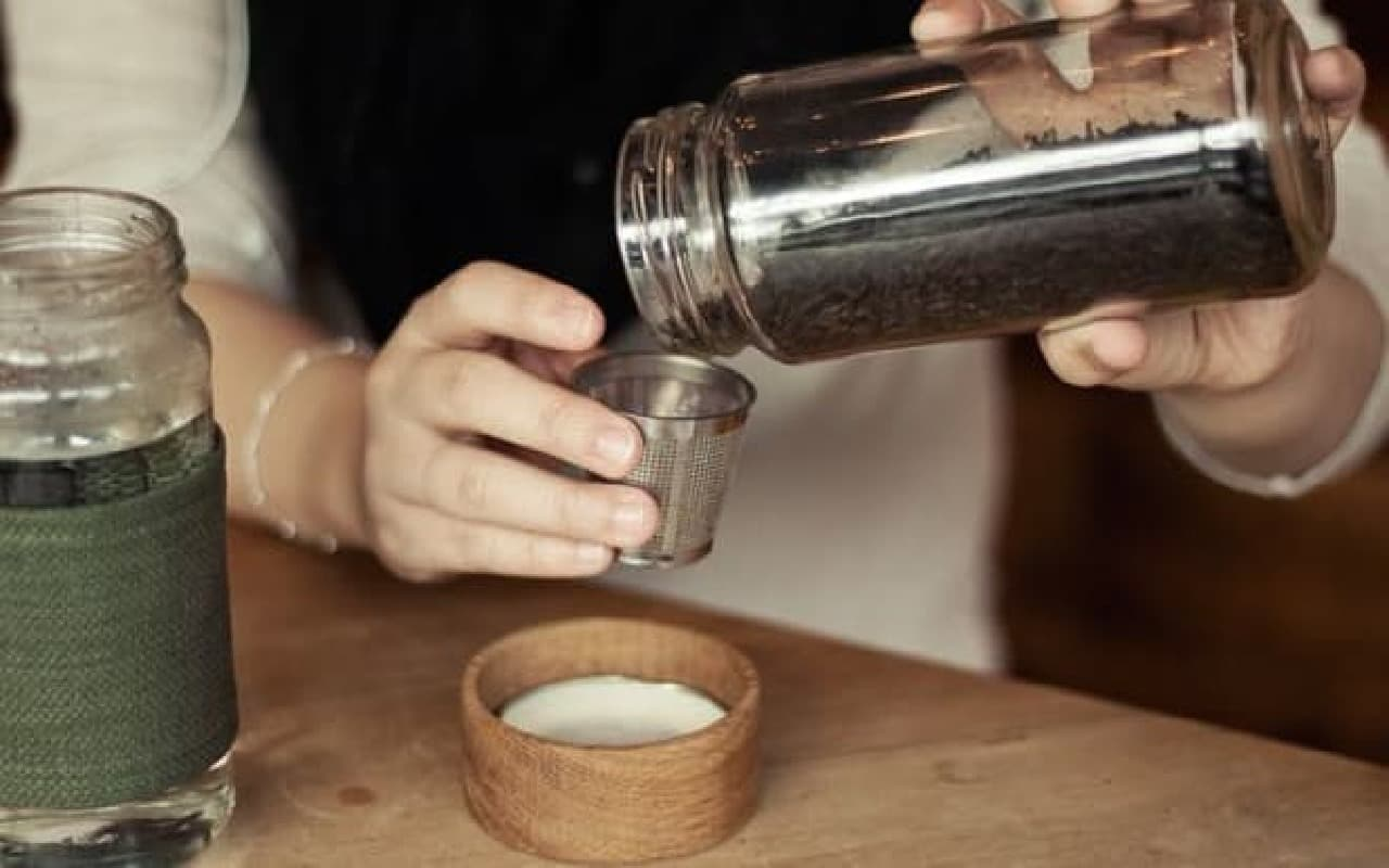 ストレーナー(茶こし)に茶葉を入れ