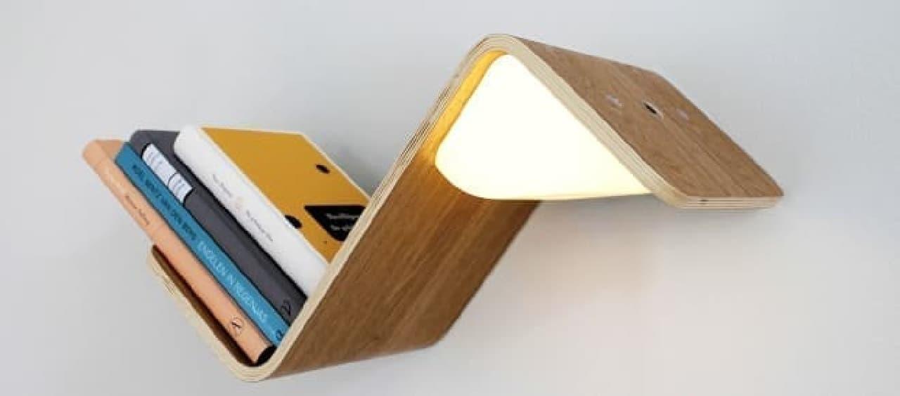 本を手に取ると、ライトがオンになる