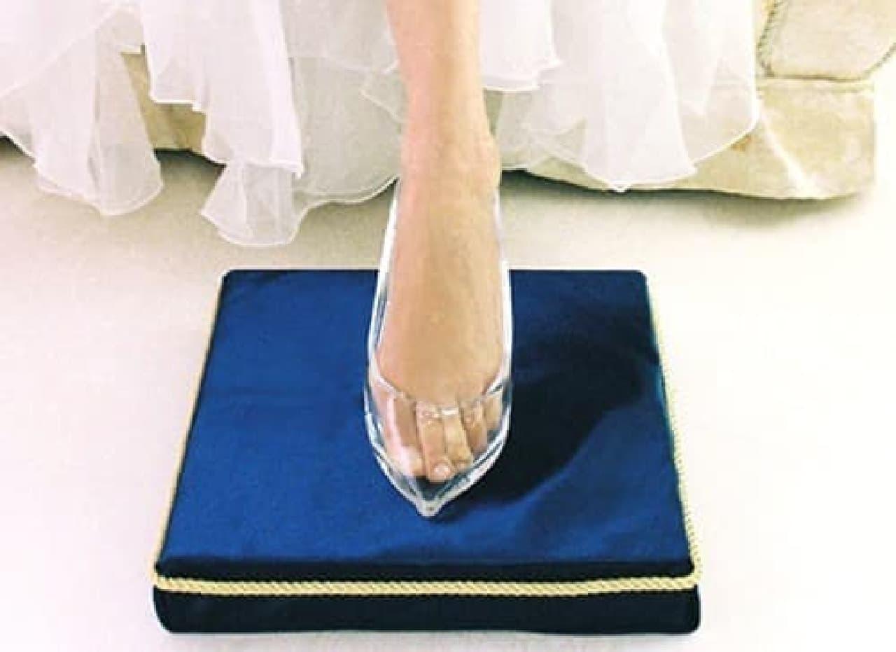 王子様の前で、ガラスの靴に足を入れてみましょう