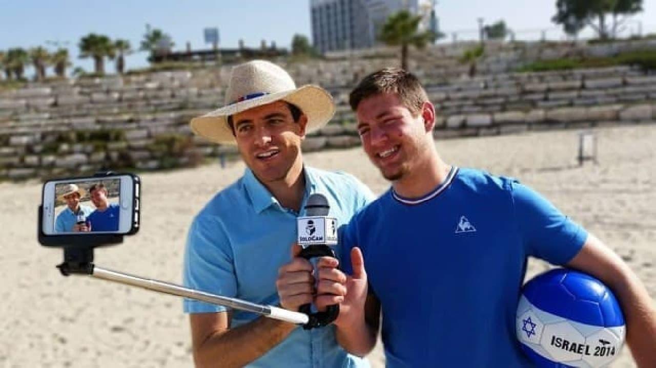 「SoloCam」は持ち手の部分にマイクが取り付けられた自撮り棒  撮影者のすぐそばで音声を拾える