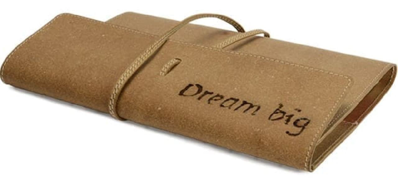 財布に熱彫刻した例  レザーにも対応していることがわかる  だが、自分の財布に「Dream big(夢は大きく)」と書くセンスはわからない…
