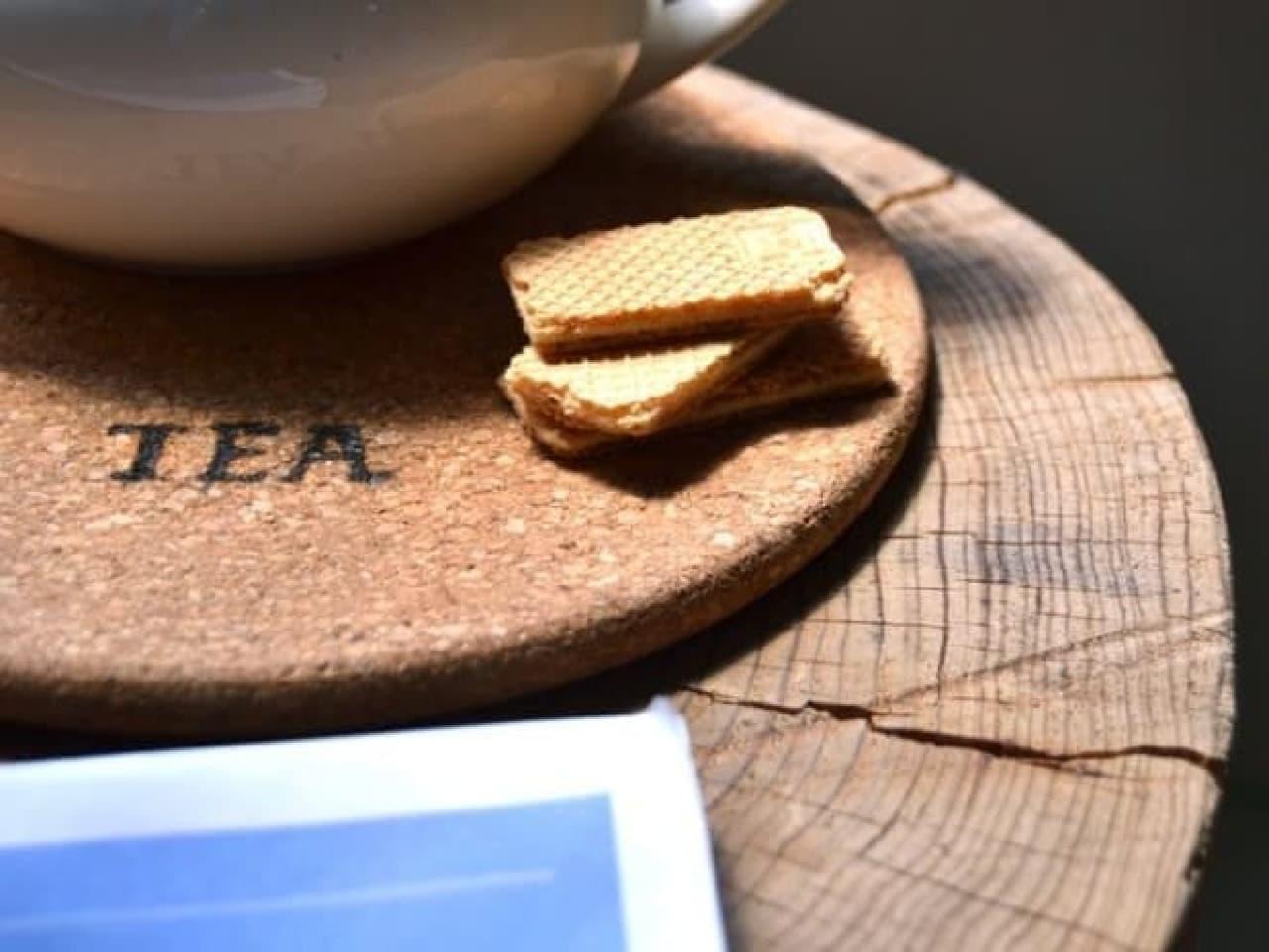 コースターに熱彫刻した例 「TEA」という文字