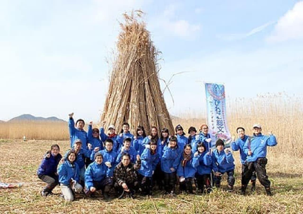 ヨシ刈りボランティアに参加する高校生たち