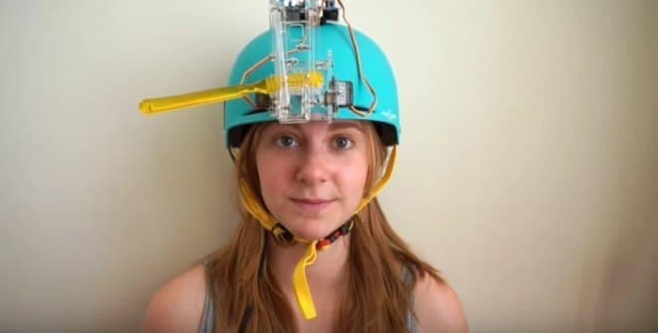 歯ブラシに歯磨き粉をつけ、ヘルメットをかぶります
