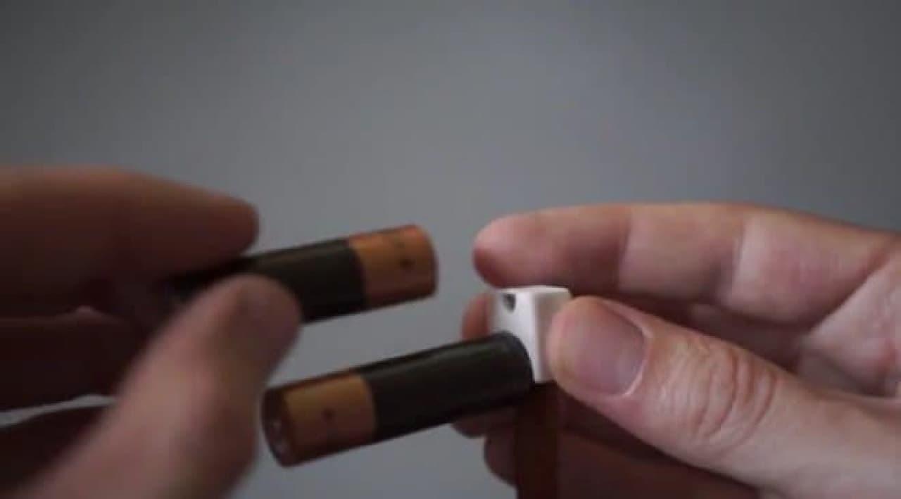 小さめ端子にプラス極を接触させる