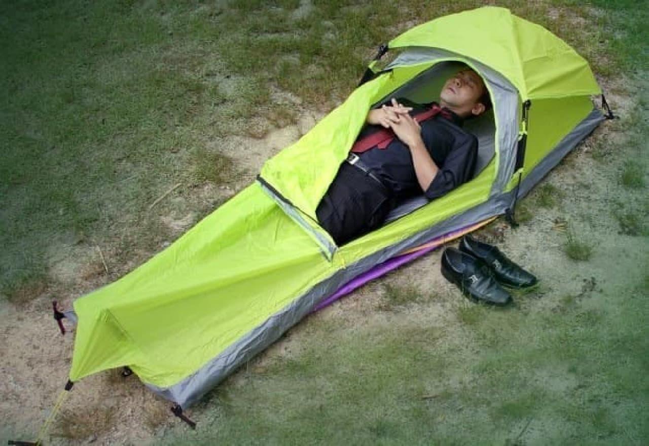 「ワンタッチボッチテント」、通称「棺桶テント」です。  クツを横に置いていることに、深い意味はありません。  ヒロシです。生きてます。