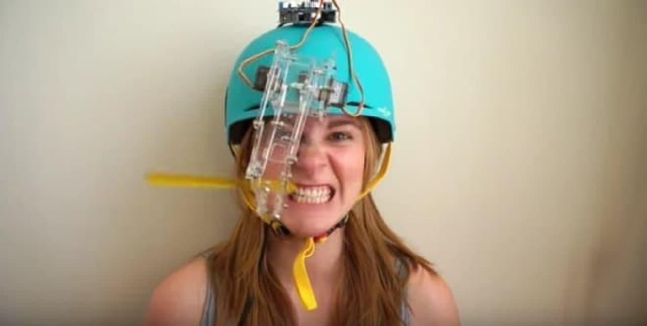 スイッチを入れると、歯ブラシ付きのアームが口元に移動し、  左右に激しく10回動きます