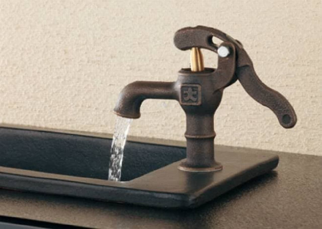 水汲み手押しポンプ風の「井戸端蛇口」  おいしい水が飲めそうな気がします