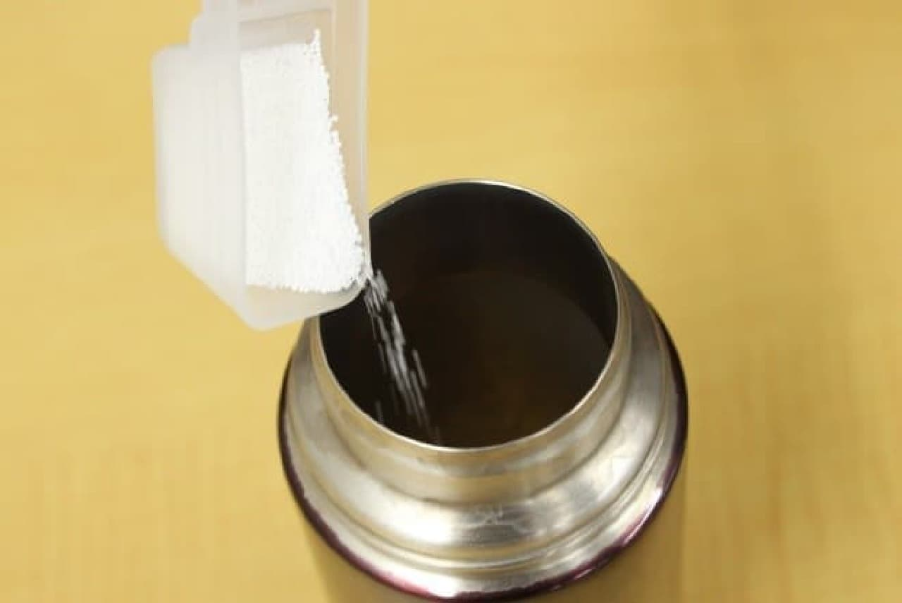 付属の計量スプーンで漂白剤を投入