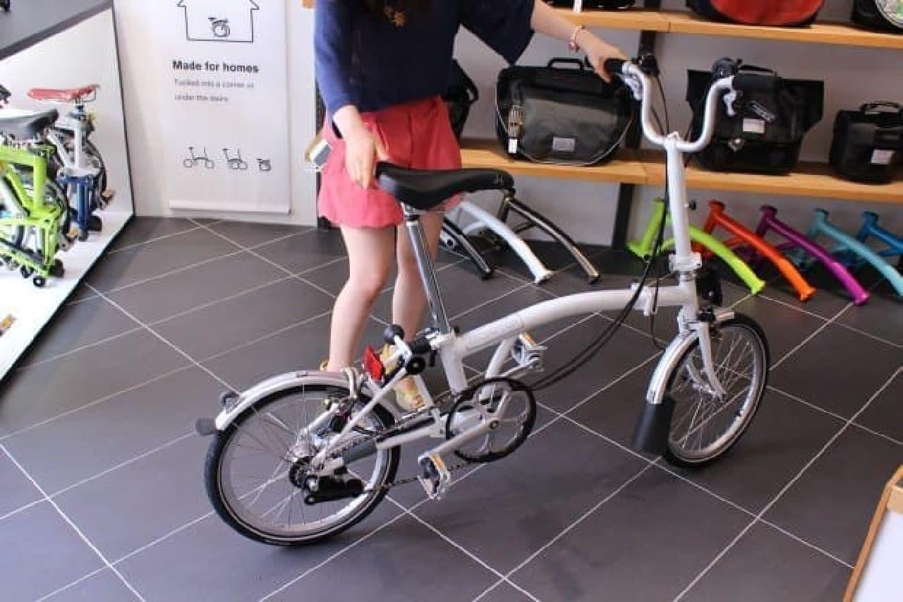このとおり!  「BROMPTON」は、回る回転寿司…ではなく、折り畳める折り畳み自転車です!