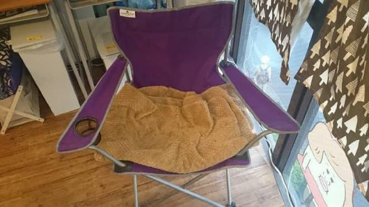 長時間の勤務に耐えられるよう椅子も用意されている