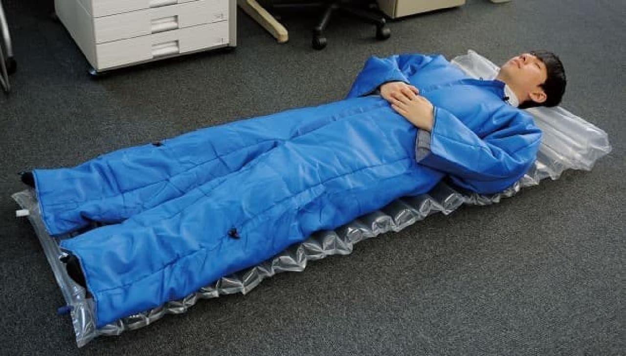 キングジムが提供する「着る布団&エアーマット」  着たまま歩ける寝袋