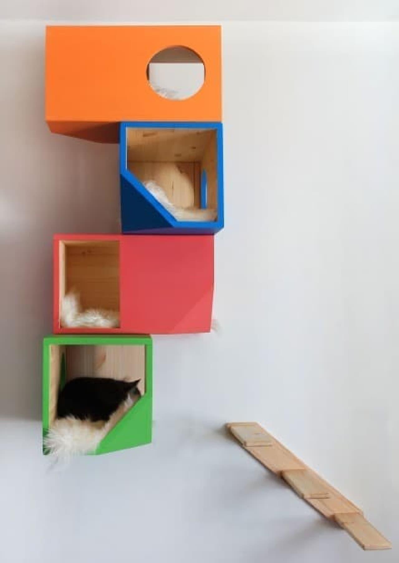 4階建てのネコのアパートをイメージして製作されたキャットタワー  「colorful house(カラフルハウス)」
