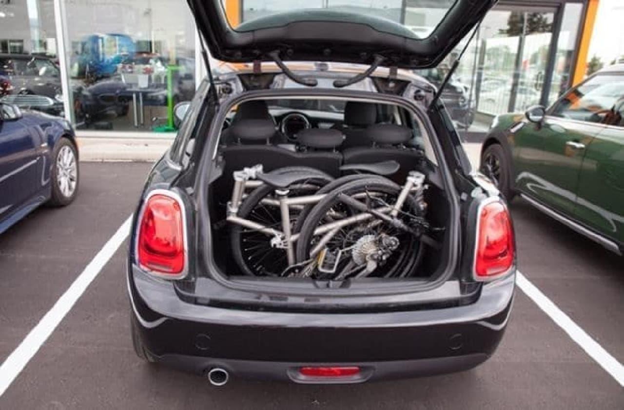 小型車のトランクにも収納できます  こちらは、実用的!