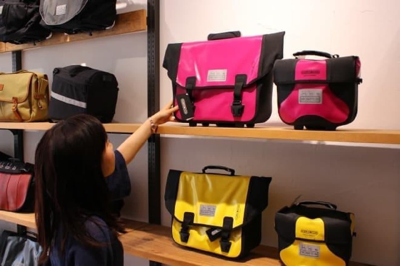 えんウチ編集部員は、ピンクのフロントバッグを選択