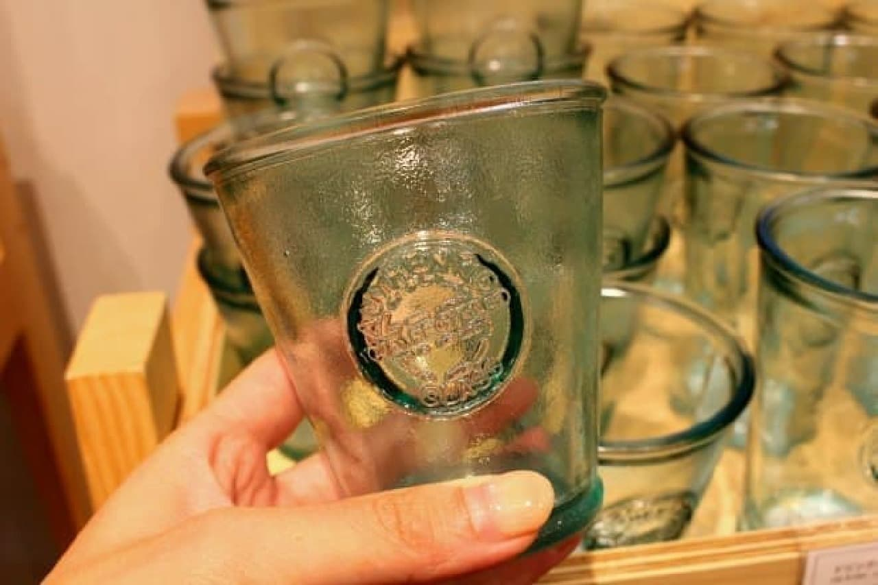 ガラス食器は450円から販売されています  (画像のグラスは480円/税別)