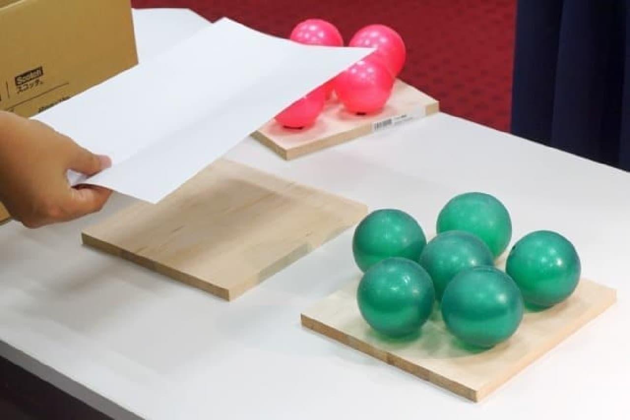 緑のボールで球状ののりを再現  どちらの板もスプレーのりを万遍なく吹きつけてあります