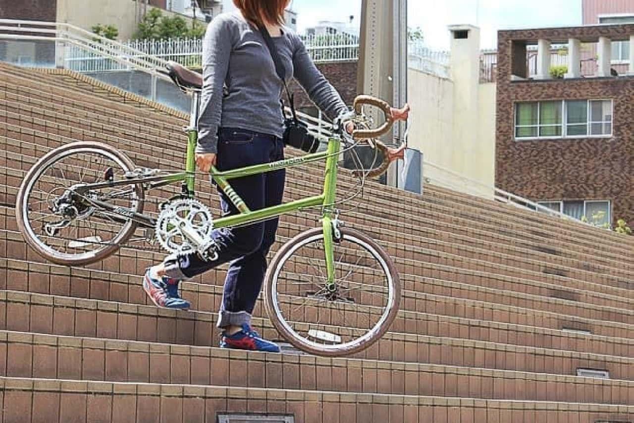 街中を走るときには、階段をかついで上り・下りするケースも多い  12キロであれば、なんとか運べる?