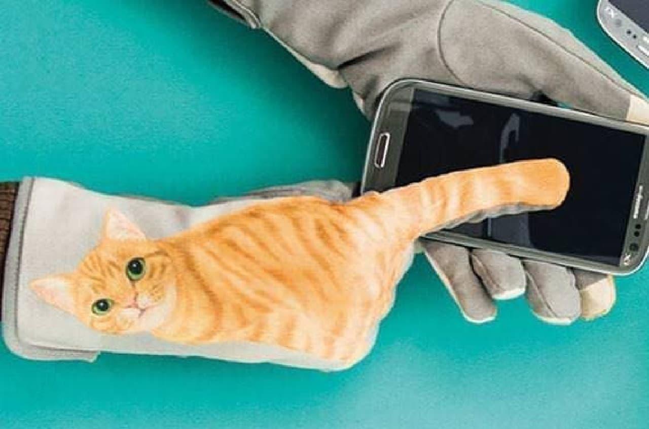 ネコ型の手袋「猫のしっぽふりふり手袋」  しっぽでスマートフォンを操作できる!