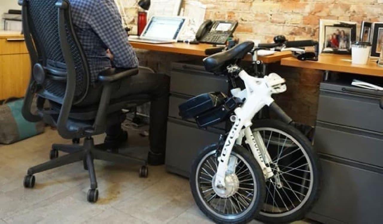 オフィスのデスク脇に置いておける