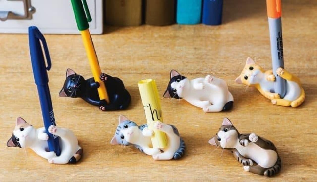 ペンをキープしてくれる6種のネコさんたち  後列左から、クロネコさん、ハチワレさん、茶トラさん  前列左からミケさん、サバトラさん、キジトラさん