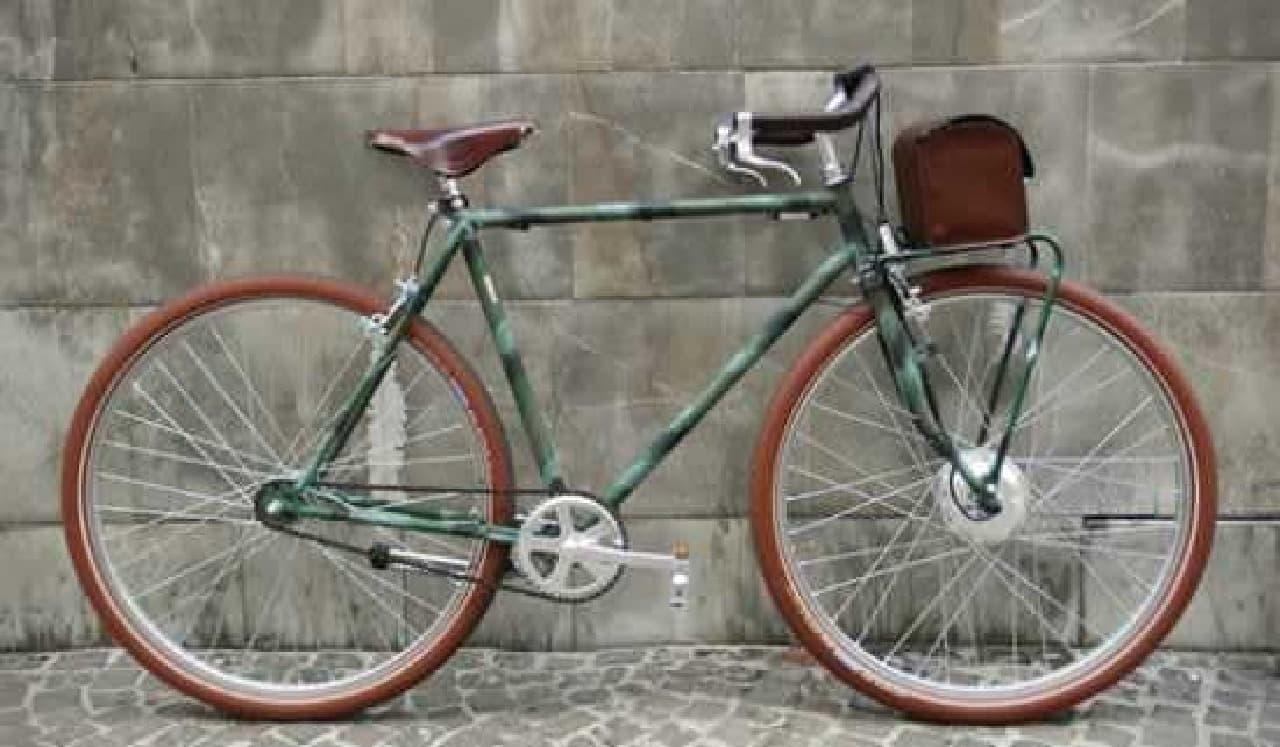 参考画像:イタリアの電動アシスト自転車「VELORAPIDA」  バッテリーはフロントのレザーバッグに収納されています